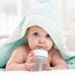 Los bebés que toman pecho: ¿Necesitan tomar agua?